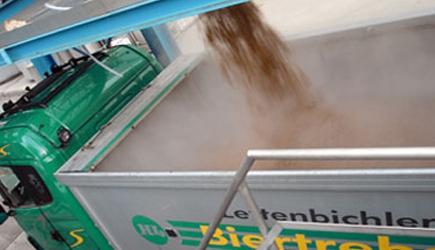 SChüttguttransport Lettenbichler Feuchtfuttermittel Biertreber beladen