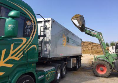 Lettenbichler Lastwagen beladen Schüttgut Traktor