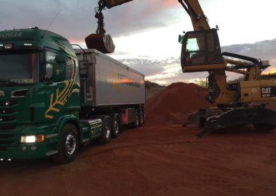Lettenbichler transport LKW beladen Bagger Schüttgut