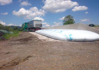 Lettenbichler Lastwagen LKW entladen Biertreber Futtermittel im Schlauch