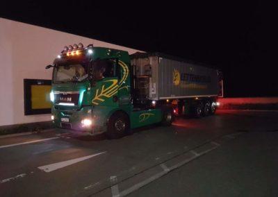 Lettenbichler Futtermittel und transport Lastwagen LKW Lichter Nacht.