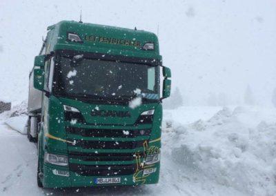 Lettenbichler Lastwagen Feuchtfuttermittel Biertreber im Schlauch schneefall winter