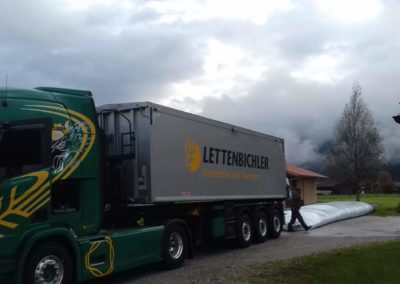 Lettenbichler Lastwagen LKW entladen Futtermittel im Schlauch