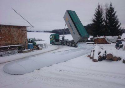 Lettenbichler Feuchtfuttermittel Biertreber im Schlauch entladen Winter Lastwagen
